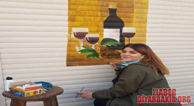 İşyeri Duvarlarına Resim Yapıyor
