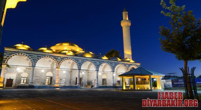 Diyarbakır'ın Sembollerinden Kurşunlu Cami Işıklandırıldı